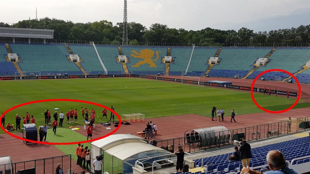 KAMP MOT KLOKKA: Her står de norske landslagsspillerne før trening på nasjonalarenaen i Sofia før møtet med Bulgaria. Så fort en spiller går inn på banen begynner landslagets tilmålte time å telle ned. Derfor må alt av spillernes forberedelser gjøres utenfor banen.