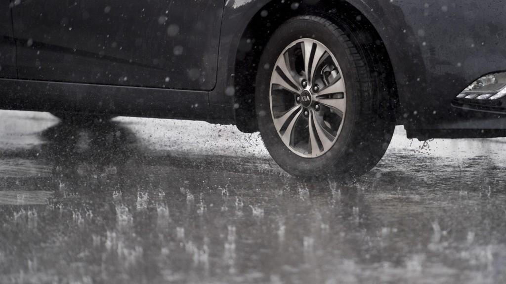 VÅT MANDAG: Mellom 30 og 50 mm nedbør kan falle over Østlandet i løpet av tre timer på mandag.