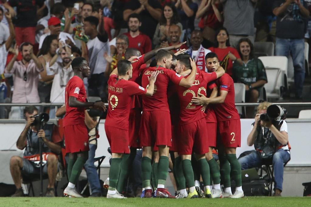 Portugals spillere feirer Andre Silvas mål mot Italia. Foto: Armando Franca / AP / NTB scanpix