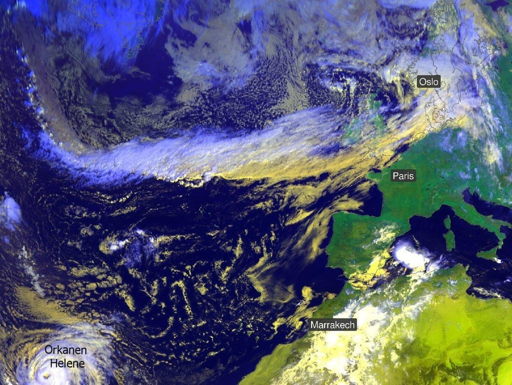 REGN PÅ VEI: Tvers over Atlanterhavet ser man på dette satelittbildet et bånd med skyer. Det er dette båndet, en såkalt atmosfærisk elv, som transporterer fuktighet og regn mot Norge nå.