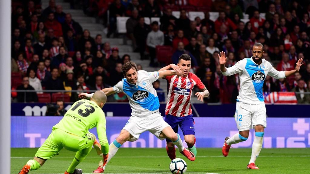 Deportivo La Coruna's Pedro Mosquera (nærmest keeper) i duell med Atletico Madrid's Angel Correa under La Liga-kampen på Estadio Wanda Metropolitana i Madrid 1. april i vår. Atletico vant kampen 1-0.