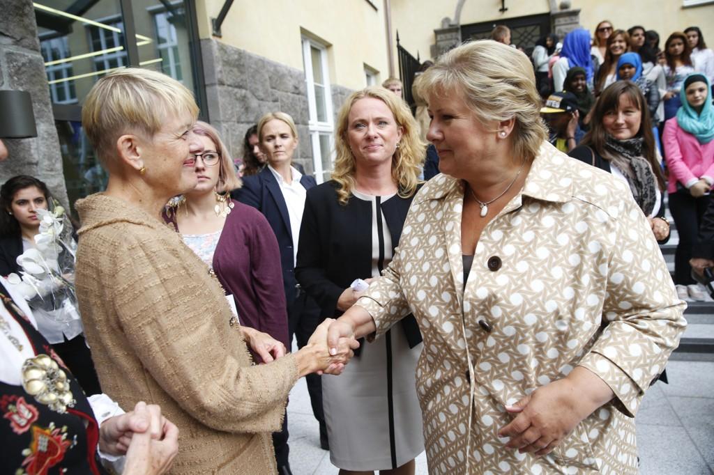 Direktør for utdanningsetaten i Oslo, Astrid Søgnen (til venstre), sammen med statsminister Erna Solberg under et arrangemenet i 2014.