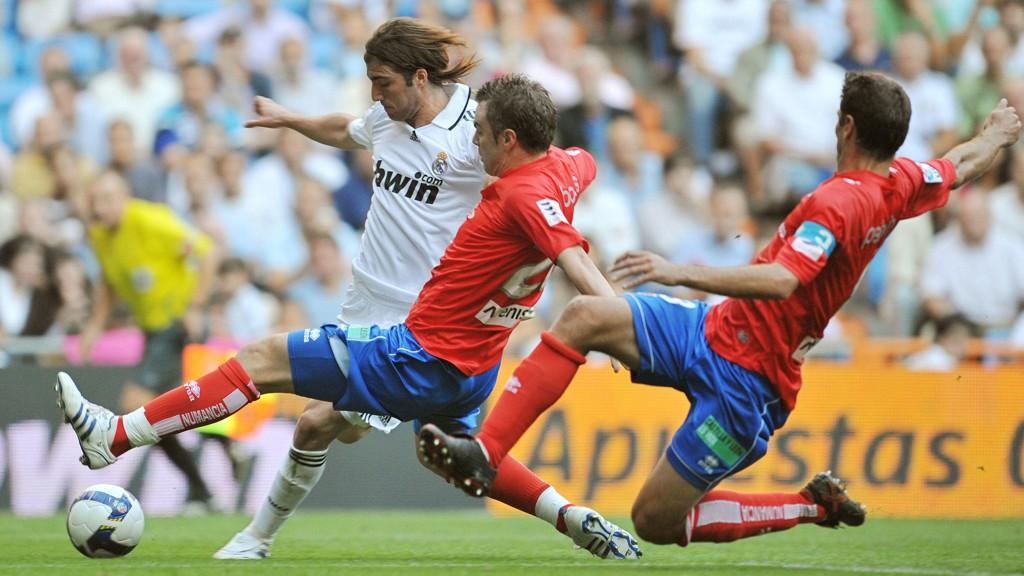 Numancia's Sergio Boris og Cesar Palacios (t.h.) fra kampen mellom Real Madrid og Numancia sesongen 2008/08, sist gang Numancia spilte i La Liga. For Real Madrid drar vi kjensel på Gonzalo Higuain.
