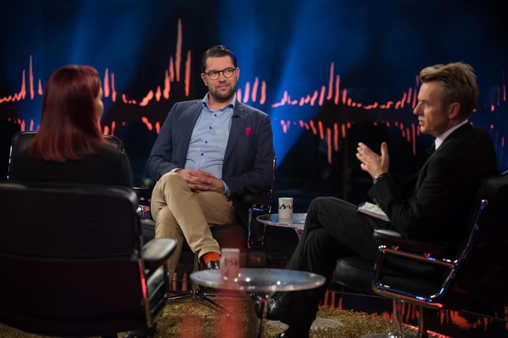 Jimmie Åkesson og samboer og partikollega Louise Erixon hos Fredrik Skavlan. Foto: Monkberry/TV 2 Johan Halsius / NTB scanpix