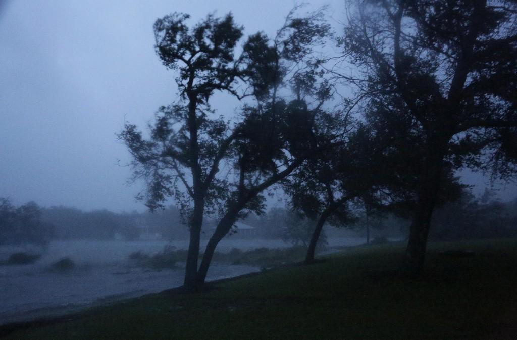 Vind og regn slår inn over Swansboro i North Carolina fredag. Foto: Tom Copeland / AP Photo / NTB scanpix