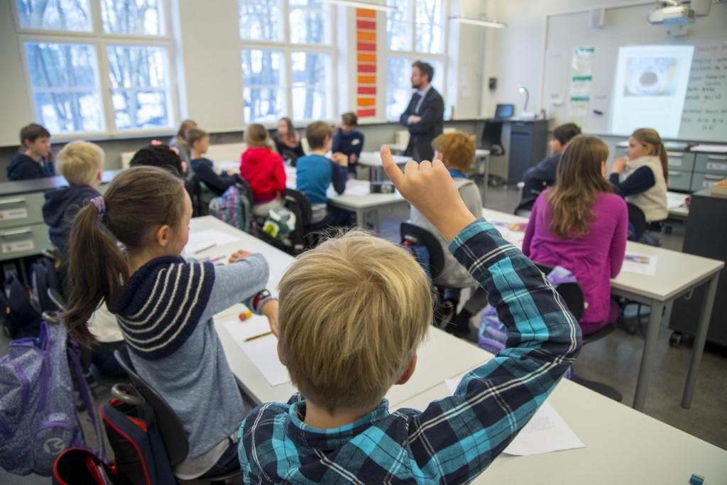 Tidligere kunnskapsminister Torbjørn Røe Isaksen (H) under et besøk på Berg skole i Oslo i fjor. Utdanning er en av faktorene som teller med når FNs levekårsindeks regnes ut. Foto: Heiko Junge / NTB scanpix