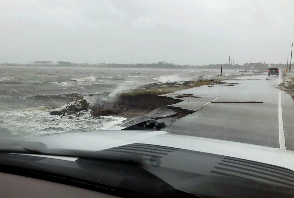 Orkanen Florence har gjort stor skade på en motorvei til Harkers Island i delstaten North Carolina. Foto: Jordan Guthrie / AP / NTB scanpix