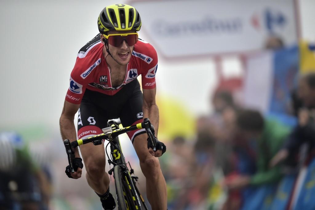 Simon Yates i den røde ledertrøya distanserte rivalene i sammendraget med 2.-plass på fredagens tøffe Vuelta a España-etappe og tok et langt steg mot sammenlagtseier. Foto: Alvaro Barrientos, AP / NTB scanpix