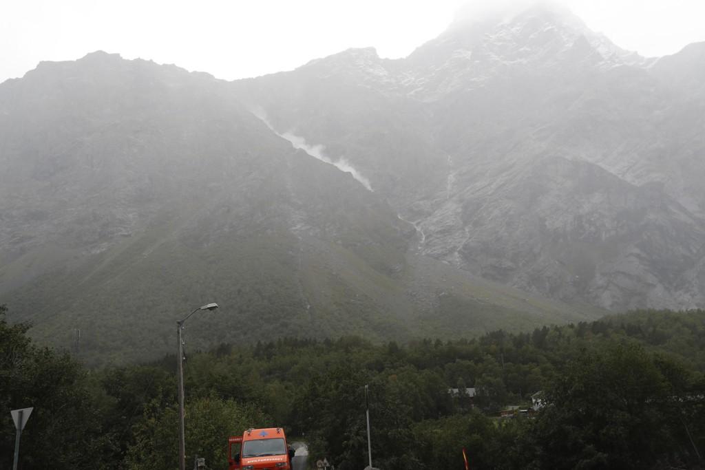 En støvsky ligger i fjellsiden, etter et steinsprang i fjellpartiet Veslemannen i Møre og Romsdal torsdag ettermiddag. Ni beboere er evakuert som følge av store bevegelser i fjellet. Foto: Terje Bendiksby / NTB scanpix