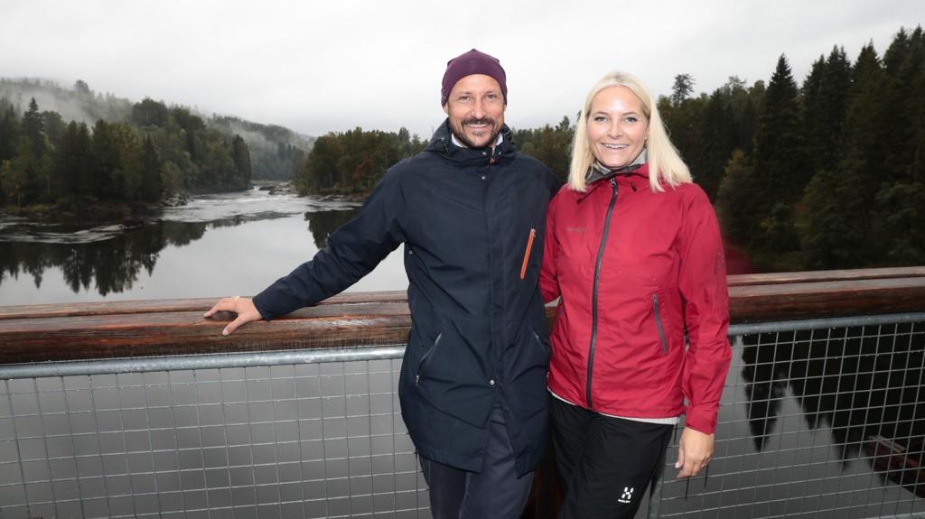 Kronprins Haakon og kronprinsesse Mette-Marit har kjøpt seg inn i en hytte i Søgne, melder Dagbladet. Her er paret under fylkesbesøket i Vestfold tidligere i september. Bildet er fra Kjærrafossen. Foto: Lise Åserud / NTB scanpix