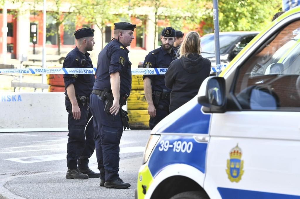Politifolk ved stedet hvor en ung mann ble skutt i beina i Huddinge fredag.  Foto: Claudio Bresciani / TT / NTB scanpix