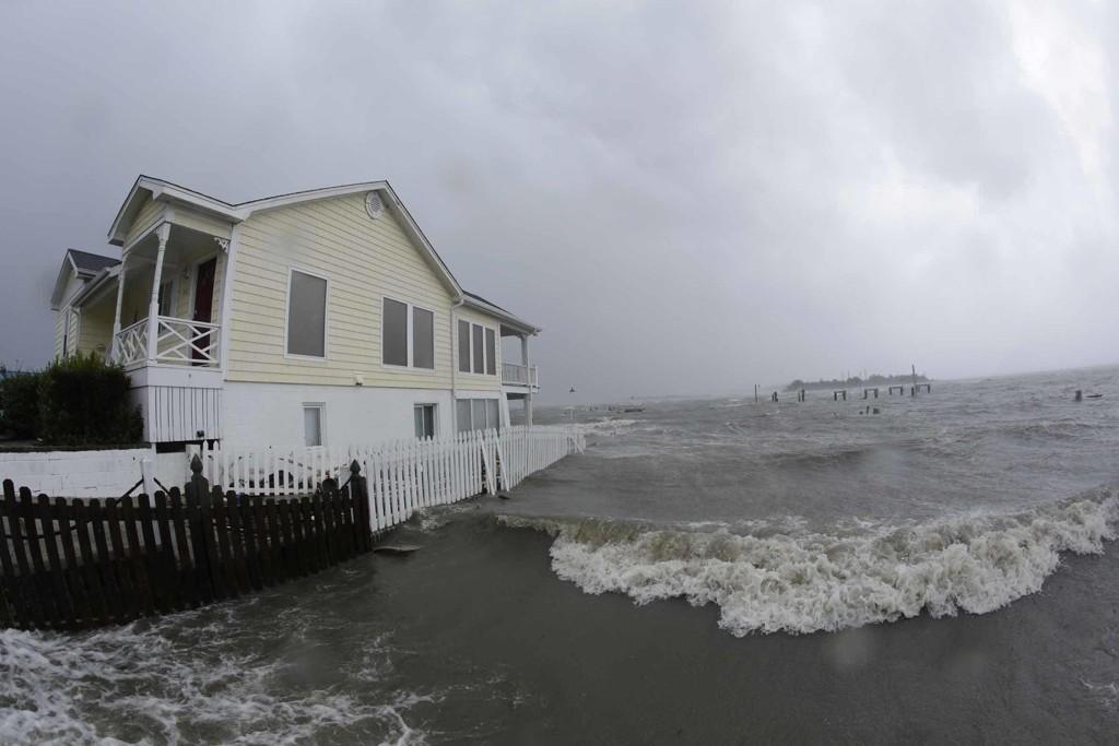 Sterk vind og stormflo rammer flere delstater i USA. Her fra Swansboro i North Carolina. Foto: Tom Copeland / AP / NTB scanpix