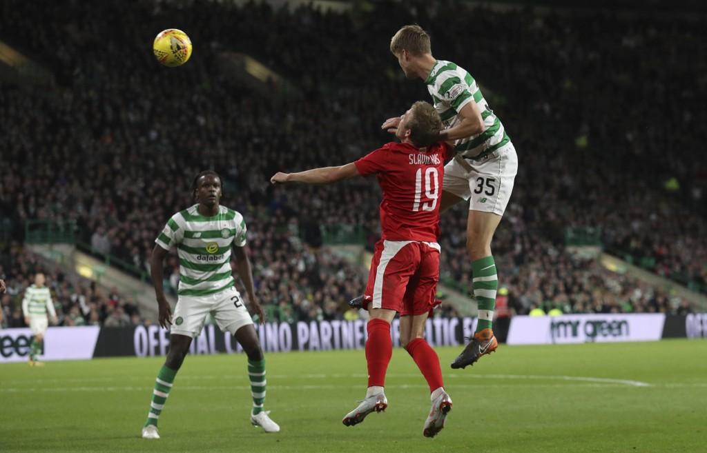 Kristoffer Ajer og Celtic tok poeng borte mot St. Mirren med ti mann fredag. Her scorer han mot Suduva i europaligakvalifiseringen i august. Foto: Andrew Milligan, PA via AP / NTB scanpix