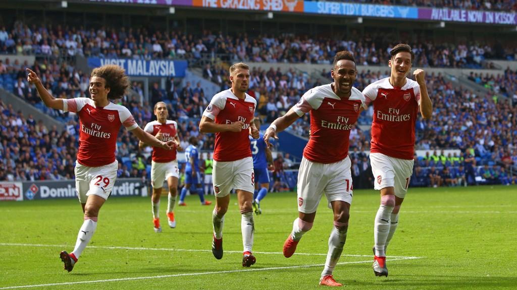 Arsenal-spillerne jubler etter å ha sett sin nye lagkamerat Aubameyang endelig score. Lørdag venter Newcastle.