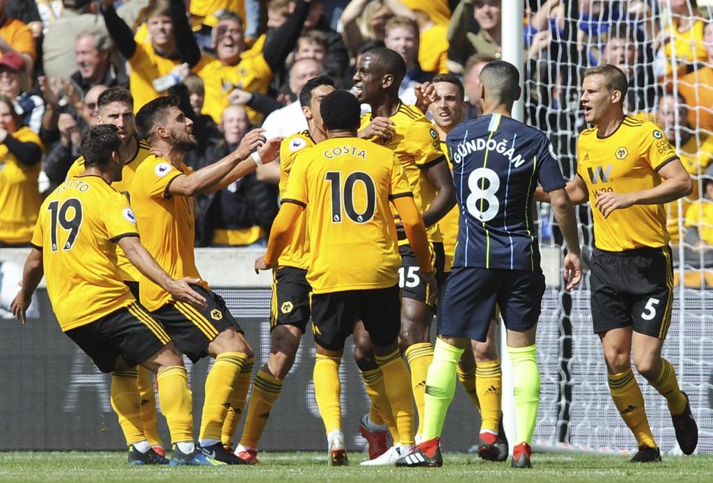 Wolverhampton Wanderers-spillerne jubler etter at Willy Boly (nummer to fra høyre), scoret mot Manchester City. Foto: Rui Vieira / AP / NTB scanpix