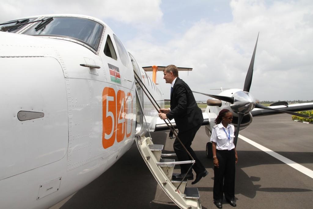 Tidligere utviklings- og miljøminister Erik Solheim fotografert på vei om bord i et fly i Dar es Salaam i Tanzania på vei til Zanzibar i februar 2011. Reiseutgiftene i forbindelse med Dar es Salaam-besøket står oppført med 34.130 kroner.