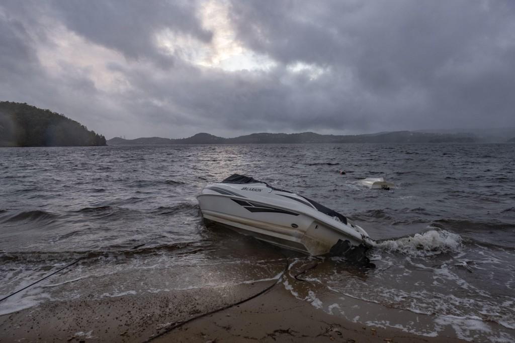 Ekstremværet Knud herjet fredag og ødelagt båter langs hele sørlandskysten. På Hamresanden i Kristiansand slet seg og havnet på land. Foto: Tor Erik Schrøder / NTB scanpix