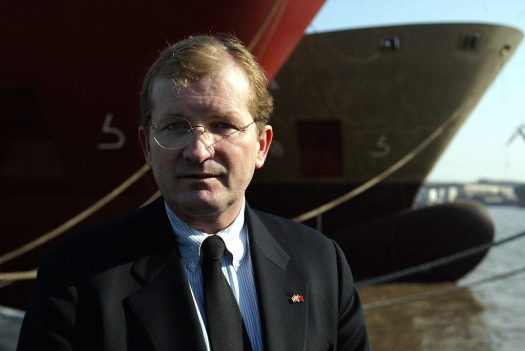 AVVIKLER: Skipsreder Morits Skaugen foran to skip som ble bygget for hans rederi ved Zhong Hua shipyard i Shanghai i 2003. Nå blir selskapet avviklet.