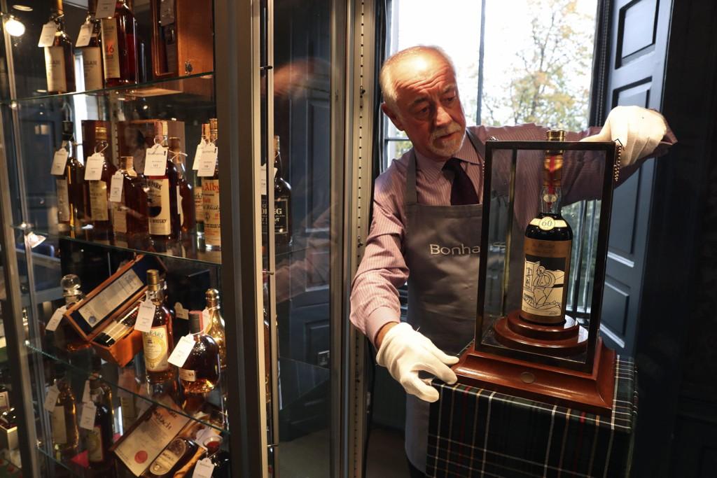 Danny McIlwraith ved auksjonshuset Bonhams viser fram verdens dyreste whiskyflaske som onsdag ble solgt for drøyt 9 millioner kroner i Edinburgh.