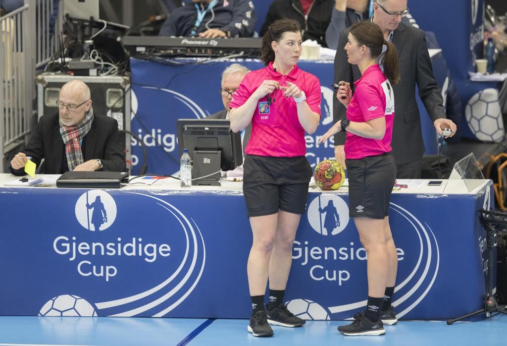 Guro Røen og Kjersti Arntsen er ikke lenger med som dommere i internasjonal topphåndball. Foto: Vidar Ruud / NTB scanpix.