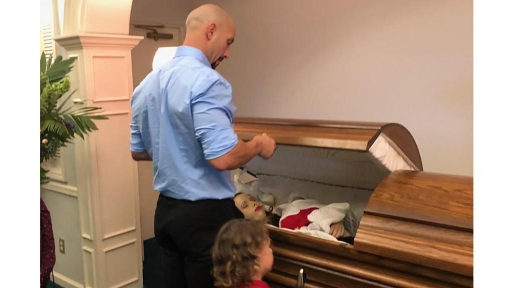 HJERTESKJÆRENDE: Zach Kincaid har selv lagt ut bildene fra bisettelsen av hans avdøde kone, Krystil, og ufødte spedbarn, Avalynn Onix. Nå håper faren på strengere lover rundt fyllekjøring.