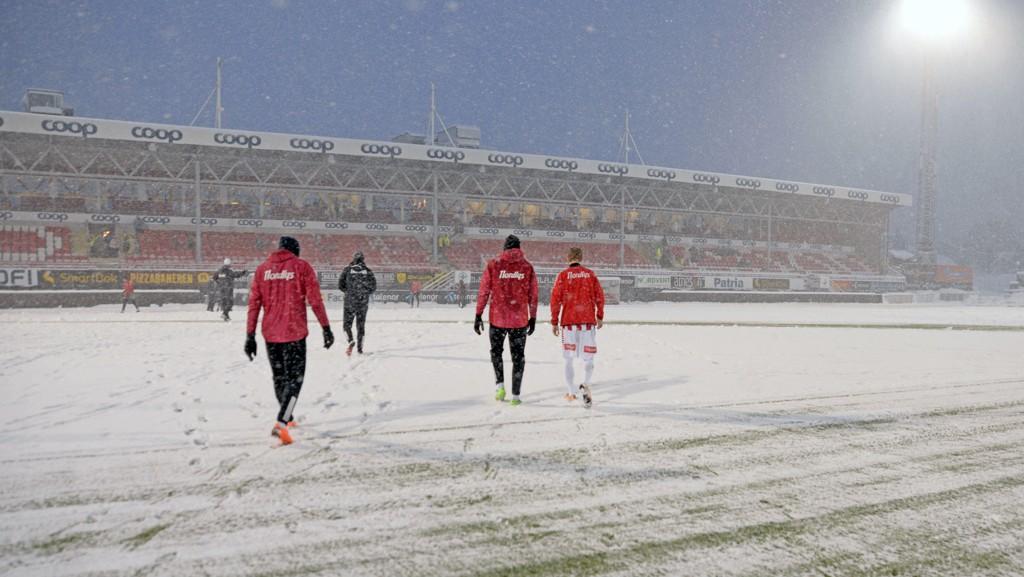 SNØDEKT: Slik så det ut på Alfheim da Tromsøs kamp mot Strømsgodset ble avlyst 18. mars i Eliteserien denne sesongen. Neste sesong kommer serieåpningen senere.