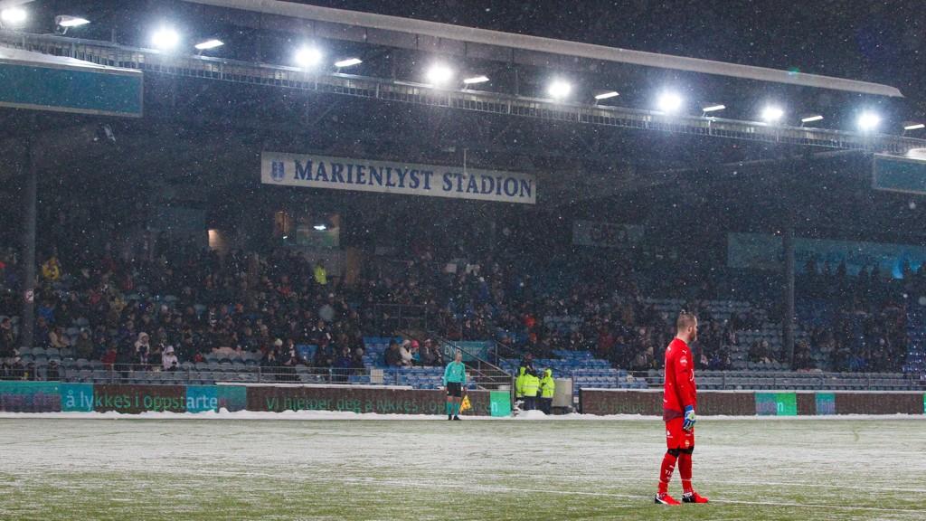 Snøen falt under årets serieåpning mellom Strømsgodset og Stabæk.