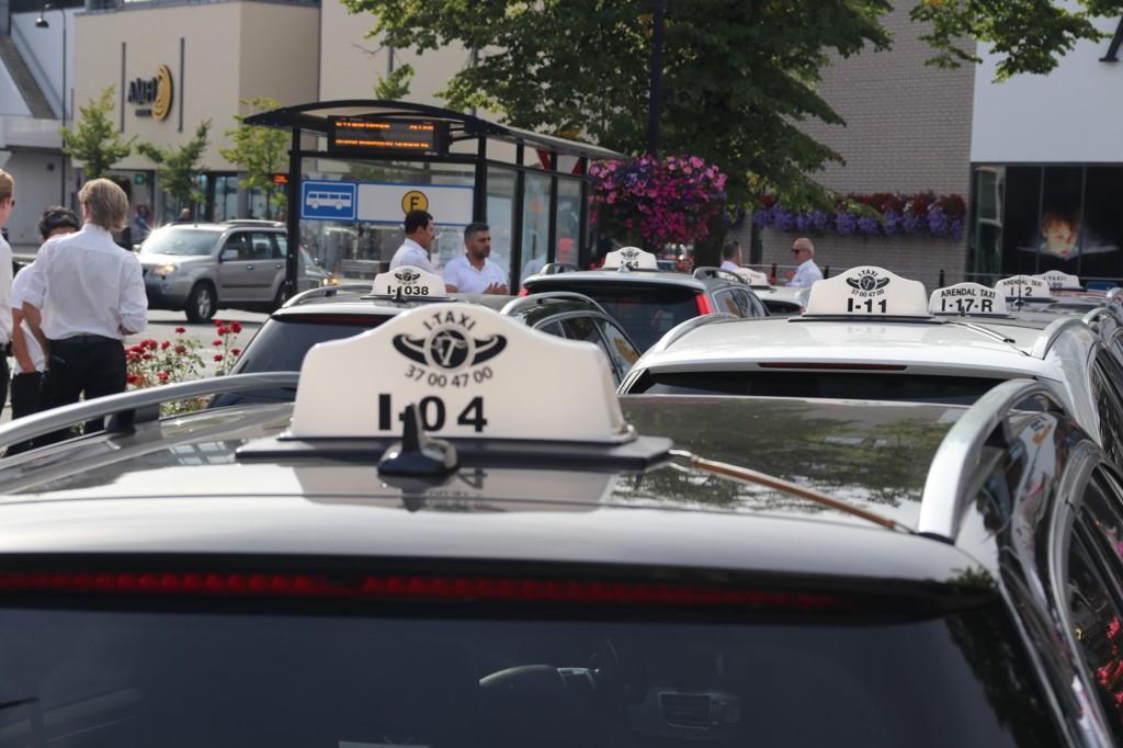 Når Stavrum skriver at «norske drosjer har priset seg ut av markedet» skiller han ikke mellom drosjer som er underlagt offentlig prisregulering, markedsledende sentraler i storbyene og de mindre sentralene samme steder.