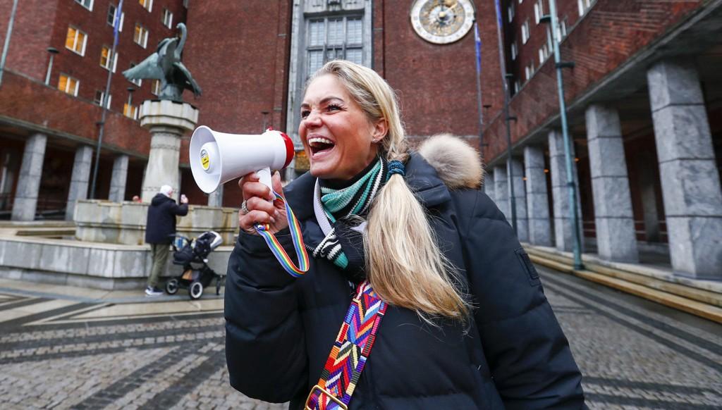 FÅR TILBAKE LAPPEN: Cecilie Lyngby har lenge engasjert seg i kampen mot bomstasjoner. Torsdag forrige uke skrev hun på Facebook at hun har mistet lappen etter en aksjon, der enkelte av deltakerne hindret trafikken. Nå har hun fått tilbake lappen.
