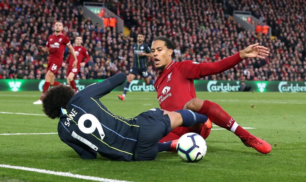 LAGDE STRAFFE: Liverpools Virgil van Dijk la Leroy Sane i bakken innenfor 16-meteren.