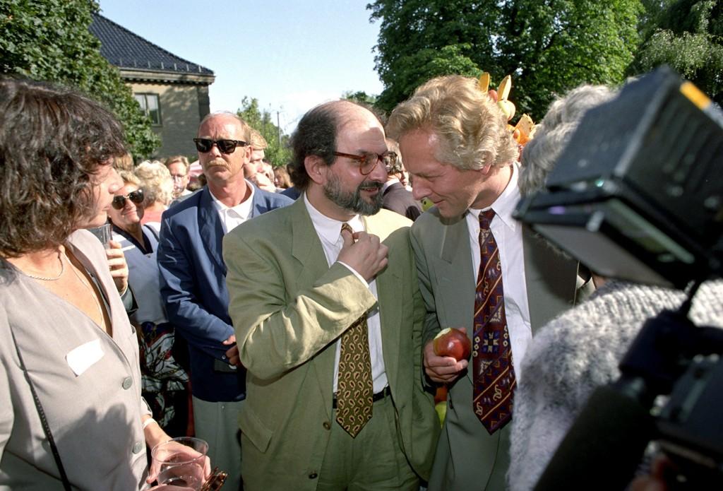 Forfatter Salman Rushdie og forlagsdirektør William Nygaard under den tradisjonelle hagefesten til Aschehougs forlag i 1992.