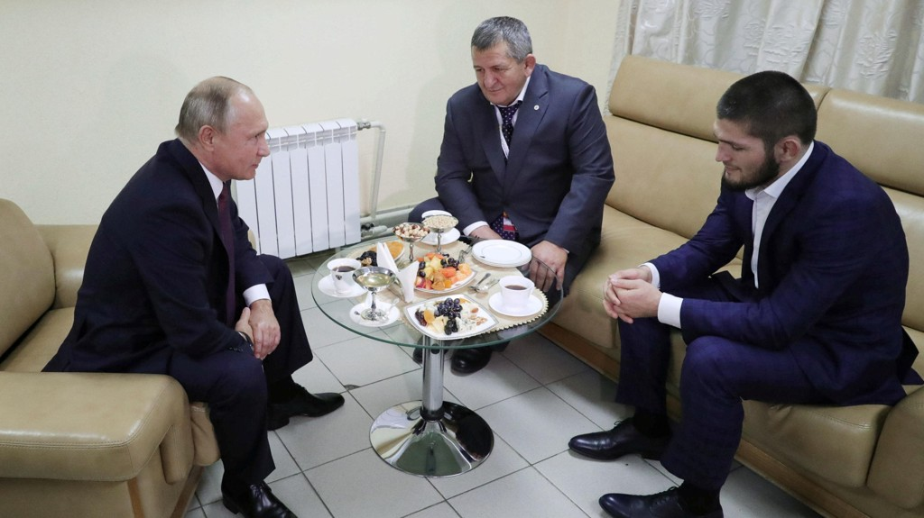 PÅ BESØK: Vladimir Putin inviterte Khabib Numagomedov og hans far på besøk etter kampen mot Conor McGregor.