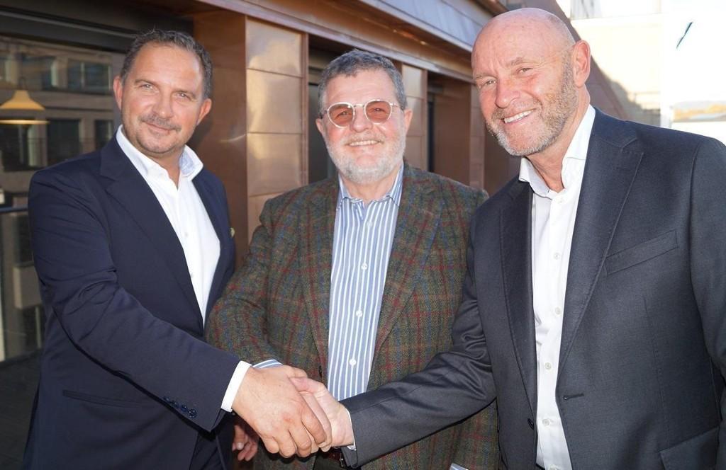 Det nye konsernet får navnet Maribel og har et tredelt og likestilt eierskap mellom de to eierne av Belvar, Mads Jacobsen (til venstre) og Rune Firing (til høyre), samt grunnleggeren av First Hotels og Flying Elephant-konsernet, Asmund Haare (midten).