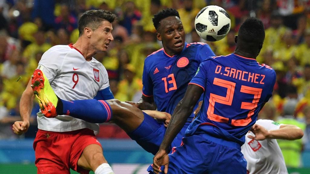 Robert Lewandowski og Polen hadde et skuffende VM. Her fra Polens kamp mot Colombia der vi ser Yerry Mina i duell med Lewandowski.
