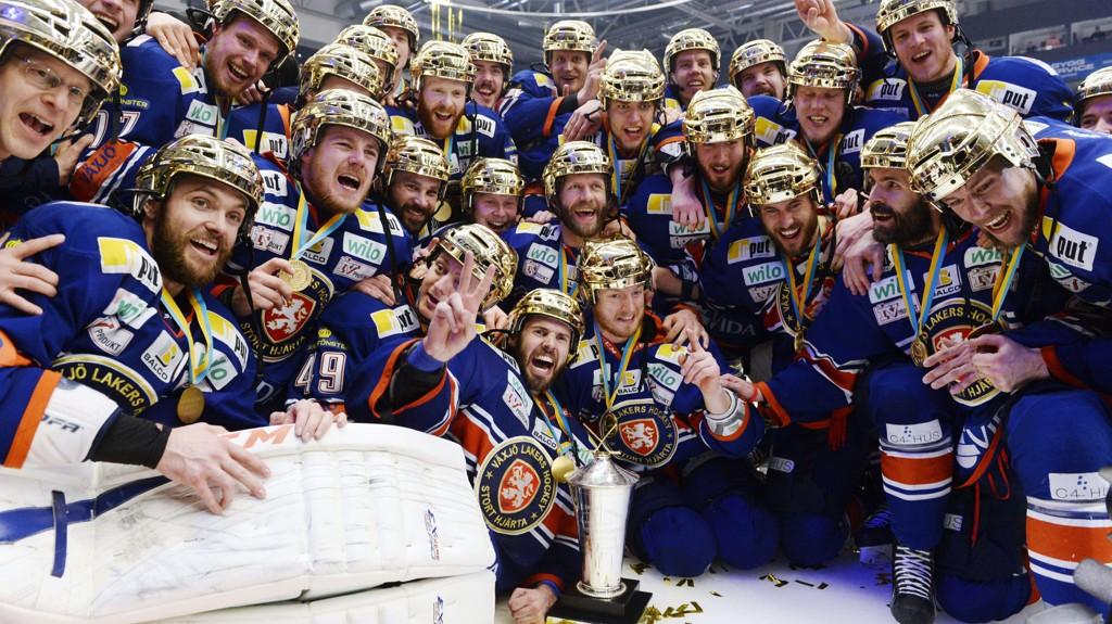 Arkivfoto: Växjö-spillerne med gullhjelmer etter å ha vunnet sluttspillet i 2015.
