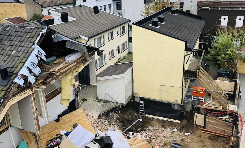 BYGGRAS: Slik så det ut etter at deler av et bygg i Kristiansand sentrum raste sammen.