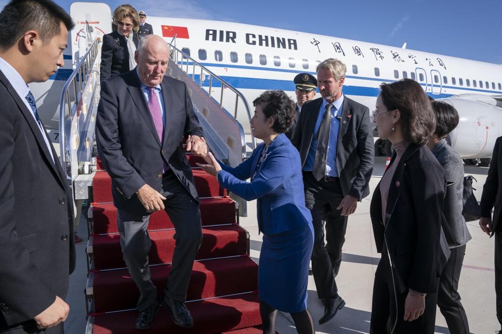 Kong Harald og dronning Sonja ankommer flyplassen i Dunhuang i Kina torsdag for et ti dager langt statsbesøk. Amnesty Norge ber kongen og regjeringen ta opp situasjon for uigurene i Xinjiang-provinsen under besøket. Foto: Heiko Junge / NTB scanpix