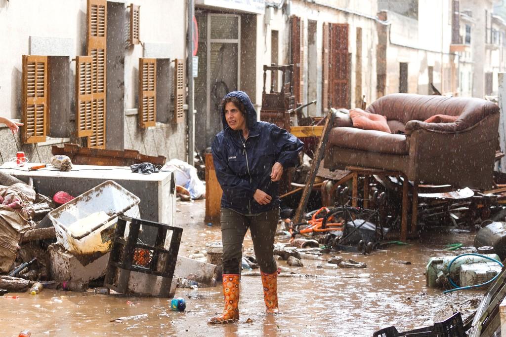En stor oppryddingsjobb står foran innbyggerne i Sant Llorenc på Mallorca, som ble rammet av voldsomt regn og oversvømmelse tirsdag kveld. Minst tolv personer mistet livet i hendelsen. Foto: Francisco Ubilla / AP / NTB scanpix.