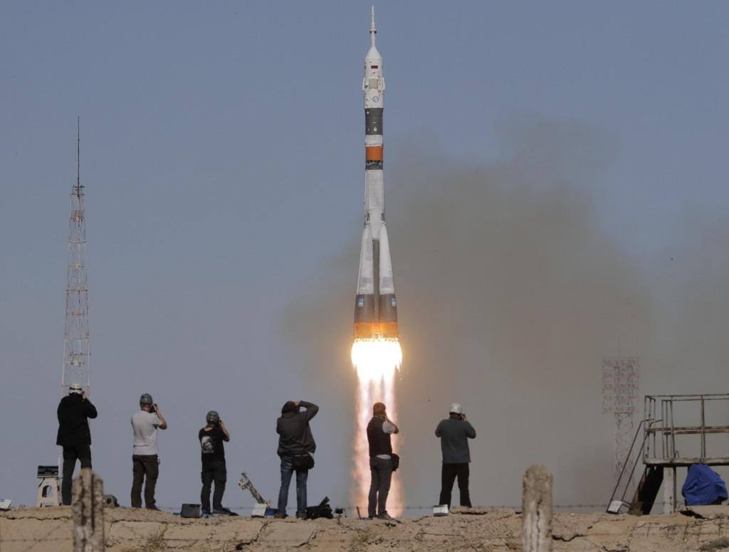 Amerikanske Nick Hague og russiske Aleksej Ovtsjinin måtte torsdag avbryte ferden mot Den internasjonale romstasjonen. Dette bildet ble tatt i det Sojuz-raketten ble skutt opp. Foto: AP / NTB scanpix