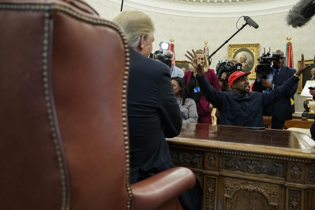 President Donald Trump havnet på sidelinjen da han tok imot rapperen Kanye West på Det ovale kontor torsdag. Foto: Evan Vucci / AP / NTB scanpix