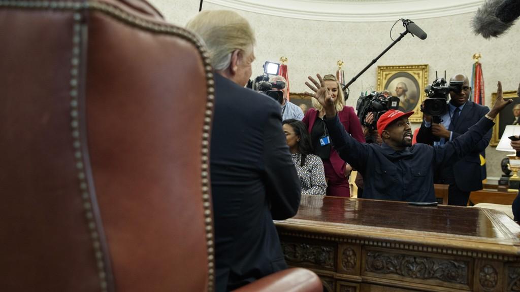 MIDTPUNKT: President Donald Trump havnet på sidelinjen da han tok imot rapperen Kanye West på Det ovale kontor torsdag.