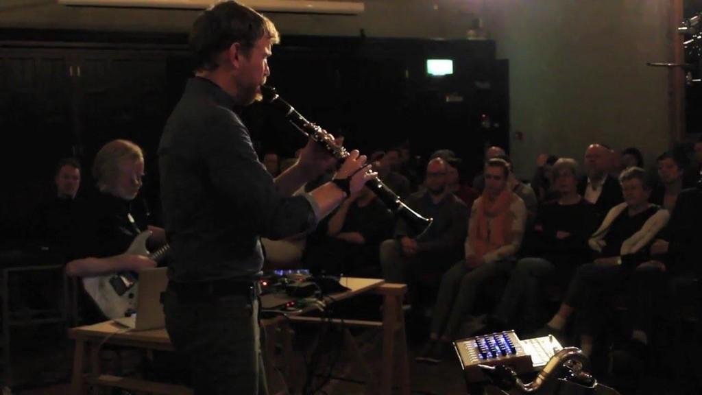 Seán Mac Erlaine med Eivind Aarset i bakgrunnen lager forførende musikk.