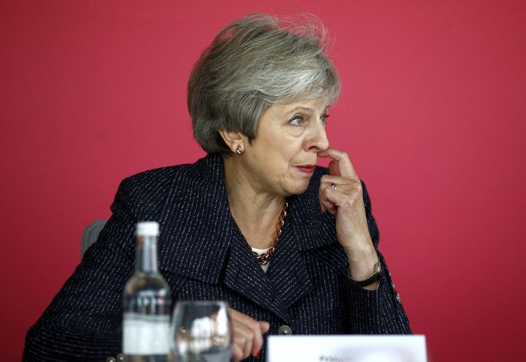 Storbritannias statsminister Theresa May innkalte torsdag kveld regjeringens viktigste ministre til et møte for å orientere om brexit. Ifølge FT sa hun at det nærmer seg en avtale. Foto: Henry Nicholls / AP / NTB scanpix