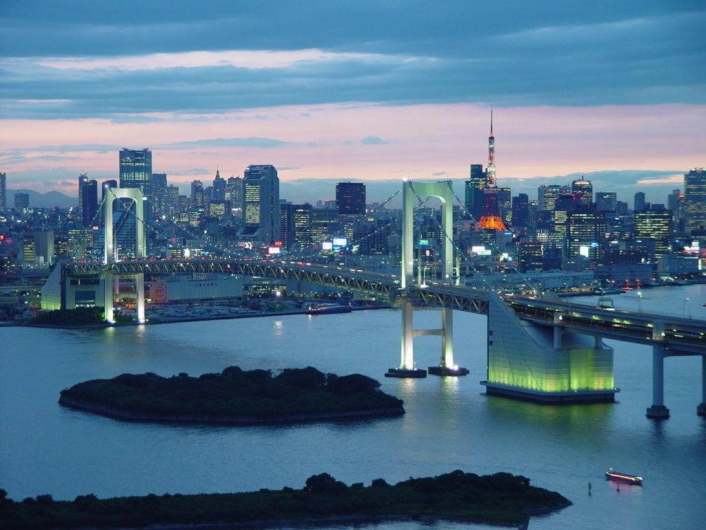 Børsnedturen var ikke like stor i Asia fredag. I Sør-Korea og Hongkong var det grønne tall, mens i Tokyo er Nikkei 225-indeksen ned 0,45 prosent ved lunsj lokal tid. Bildet: Kveldsscene over Rainbow Bridge i Minato Ward, Tokyo.