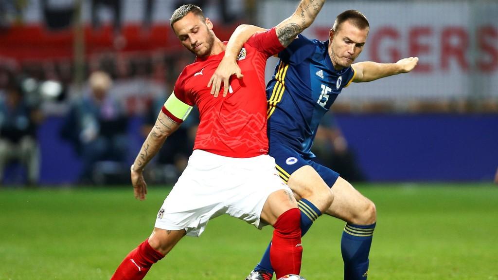 Marko Arnautovic i duell med Bosnia's Toni Sunji i Nations League-kampen i Bosnia for en måned siden. Fredag blir Arnautovic og Østerrike en en våre sikre på midtukekupongen.