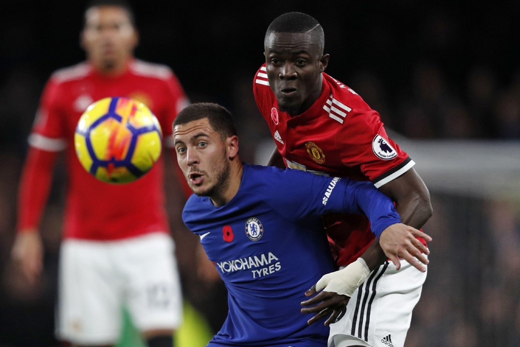 KOBLES BORT: Manchester United-stopper Eric Bailly. Her i duell med Eden Hazard.
