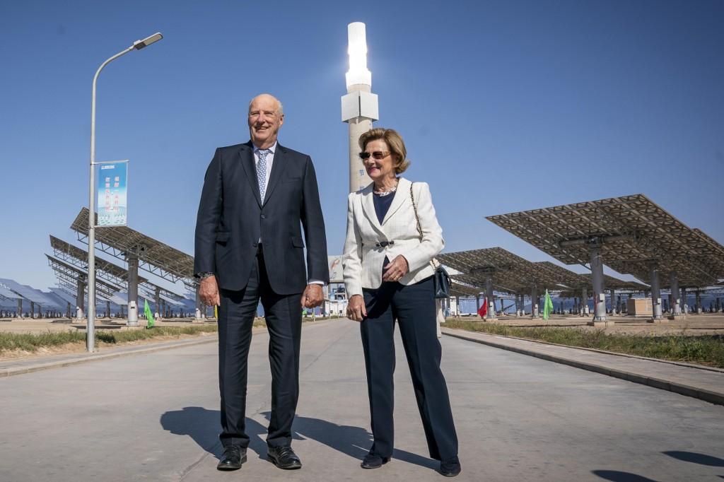 Kong Harald og dronning Sonja fikk fredag se det gigantiske solkraftverket Gansu Dunhuang Solar Park som kinesiske myndigheter har bygget i ørkenen ved Dunhuang. Foto: Heiko Junge / NTB scanpix