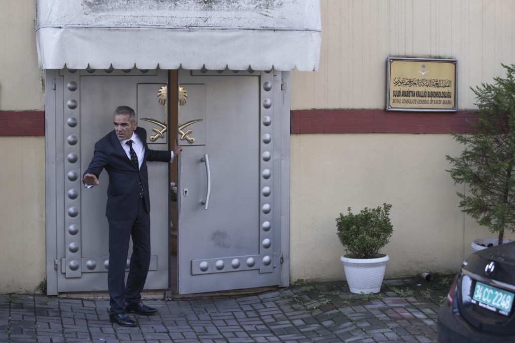En sikkerhetsvakt ved inngangen til Saudi-Arabias konsulat i den tyrkiske storbyen Istanbul fredag. Foto: Petros Giannakouris / AP / NTB scanpix