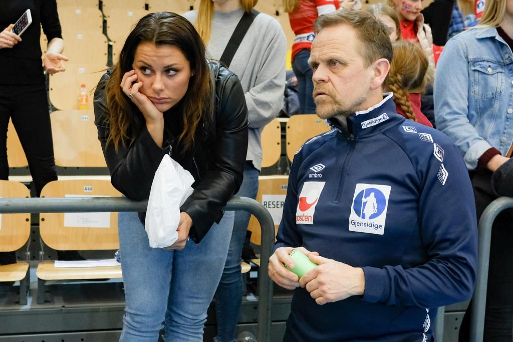 Nora Mørk og landslagstrener Thorir Hergeirsson i en EM-kvalifiseringskamp mot Kroatia i Nadderud Arena i mars. Foto: Fredrik Hagen / NTB scanpix.