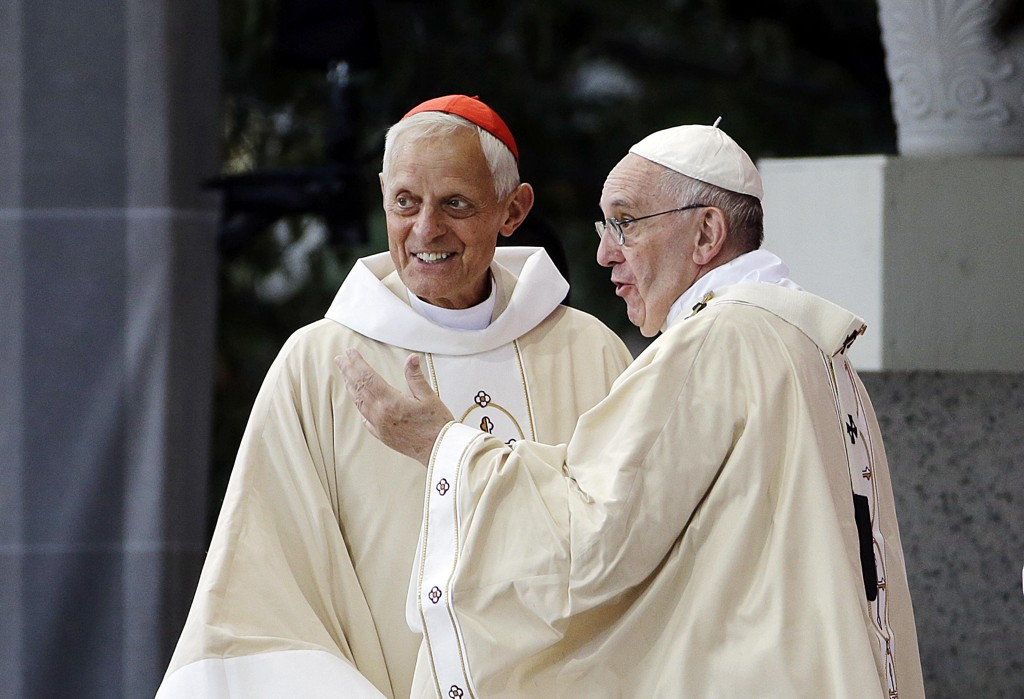 Pave Frans (t.h.) har godkjent avskjedssøknaden til kardinal Donald Wuerl (t.v.) i Washington, som anklages for å ha dekket over seksuelle overgrep begått av prester. Foto: AP / NTB scanpix